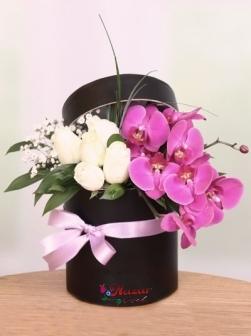 Kutuda Beyaz Gül ve Mor Orkide