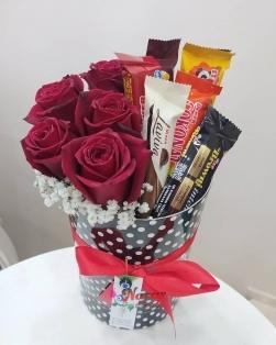 Kutuda gül ve çikolatalar