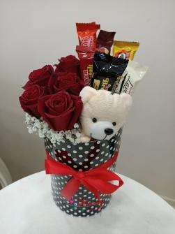 Kutuda gül ayıcık ve çikolatalar
