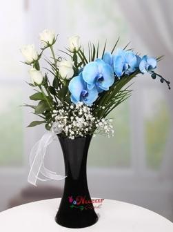 Vazoda Mavi Orkide ve Beyaz Gül